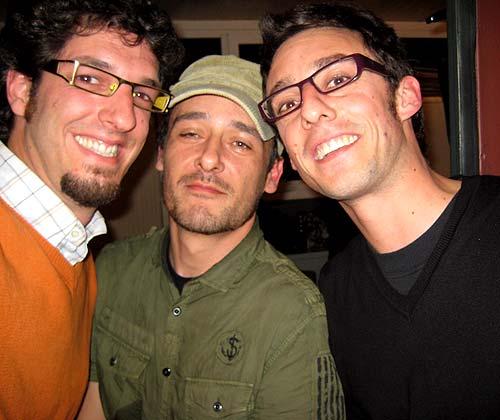 De izq a der: Rulramirez, Santi Balmes (cantante de Love of Lesbian) y Eloi Corchea