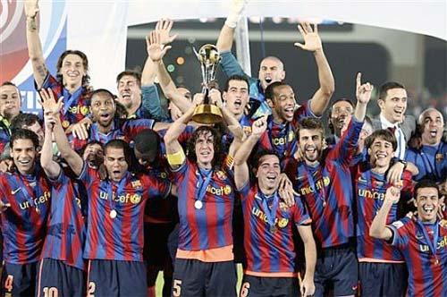 FC Barcelona, ganador del Mundialito de Clubs, alzando el trofeo - Foto: AP