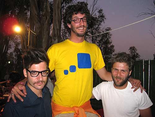 De izq a der: Adrián (cantante de Catpeople), rulramirez y Paco (Batería de Catpeople)