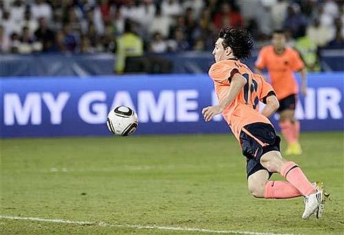 Messi en el momento que marcó el segundo gol de pecho en la Final del Mundialito de Clubs - Foto AP