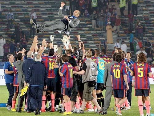 Pep Guardiola manteado por los jugadores tras ganar 6 títulos esta temporada - Foto: AP