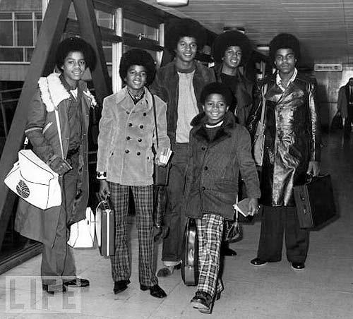 Los Hermanos Jackson. Michael es el segundo por la izquierda